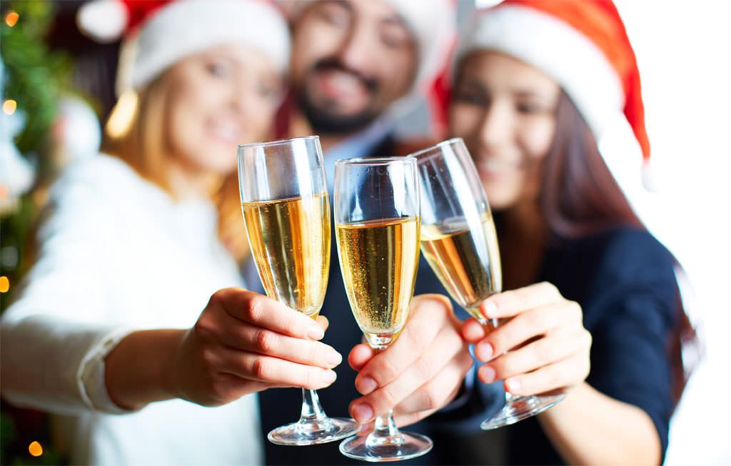Festa di capodanno in casa 5 idee per ravvivare la serata 2019 - Capodanno a casa ...