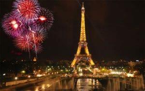 I fuochi illuminano la notte di Parigi a capodanno