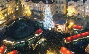 Piazza Venceslao con l'albero di Natale e le bancarelle, la sera di capodanno