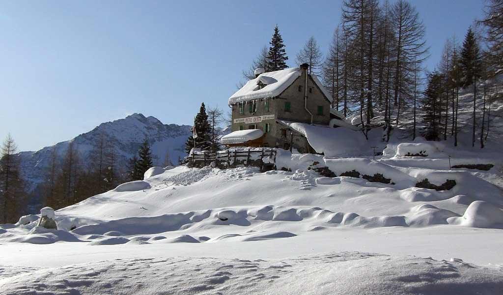 Capodanno con le ciaspole al rifugio p crosta alpe solcio for Rifugio in baita di montagna