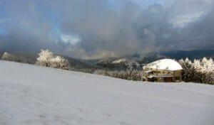 Il rifugio CAI Citta di Forli nel Casentino, dopo una nevicata