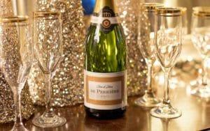Festeggiamenti di Capodanno, brindisi e bottiglie