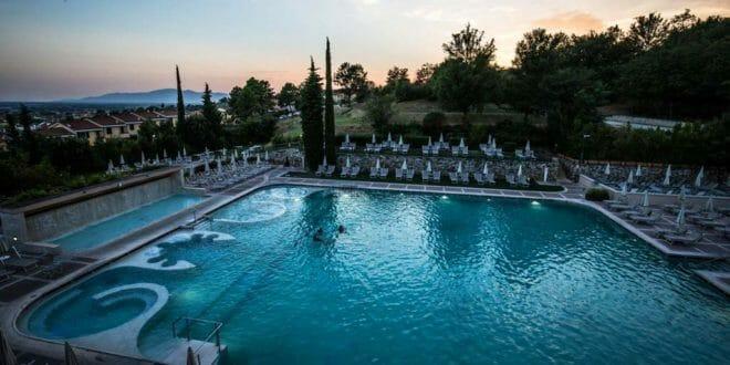 Capodanno a Grotta Giusti: festeggiare in piscina